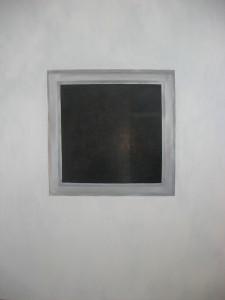 male okno na velkej stene